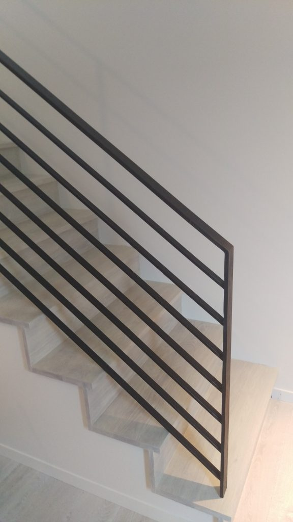 Modern Horizontal Railing in Classic Material and Finish